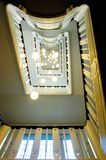 Лестница и потолочные лампы в перспективе стоковые фотографии rf