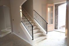 Лестница и Entryway незаконченного нового дома стоковое фото
