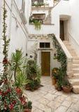 Лестница, который нужно очаровать домой в Locorotondo, южной Италии Стоковое фото RF