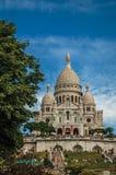 Лестница, куполы и фасад базилики Sacre Coeur на районе Montmartre в Париже Стоковая Фотография RF