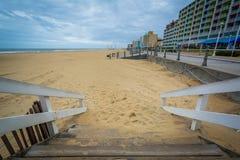 Лестница к пляжу, в Virginia Beach, Вирджиния стоковое изображение