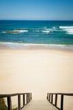 Лестница к сиротливому пляжу Стоковая Фотография RF