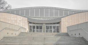 Лестница к современному зданию стоковые фото