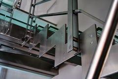 Лестница металла с стеклянными шагами Стоковые Фотографии RF