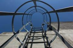 Лестница металла безопасности к крыше и голубому небу, железной лестнице Стоковые Фото