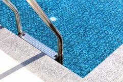 Лестница металла к бассейну Стоковые Фотографии RF