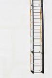 Лестница металла на стене цемента Стоковое фото RF