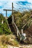 Лестница от пляжа к коттеджам трески накидки стоковое изображение