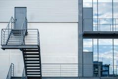 Лестница пожарной лестницы в современном офисном здании Стоковые Изображения RF