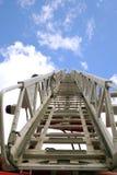 Лестница пожарной машины водя к небу стоковое фото