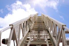 Лестница пожарной машины водя к небу стоковые изображения rf