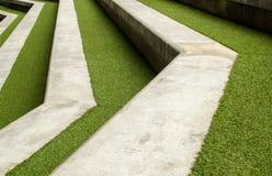 Лестница с зеленой искусственной травой Стоковые Изображения RF