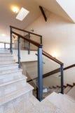 Лестница с каменными шагами и стеклянным banister Стоковая Фотография
