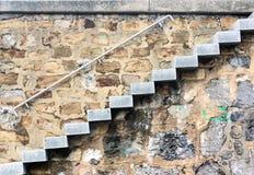 Лестница с каменными шагами outdoors стоковое изображение rf