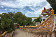 Лестница с украшением Naga в традиционном буддийском виске Стоковое Изображение RF