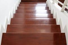 Лестница твёрдой древесины шагает, внутренние материал лестниц и дизайн дома стоковые изображения