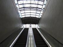 Лестница эскалатора дела прихожей главного ж-д вокзала терминальная стоковое фото rf