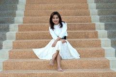 лестницы азиата довольно ретро вводят женщину в моду Стоковые Фото