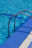 лестницы бассеина плавая Стоковое фото RF