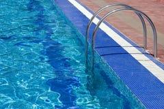 лестницы бассеина плавая Стоковое Изображение RF