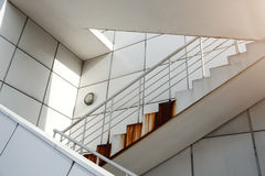 Лестницы белого металла снаружи Стальная конструкция зодчество самомоднейшее Концепция Minimalizm Стоковые Изображения RF