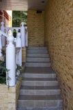 Лестницы вверх с красивыми поручнями и стенами одичалого камня Стоковые Фотографии RF