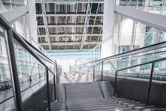 Лестницы вниз в зале Стоковые Изображения RF