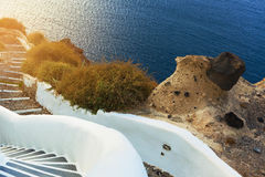 Лестницы водя к морю, острову Santorini, Греции Стоковое фото RF