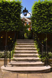 Лестницы водя к романтичному утюгу дали с фонариком над им, мастерским домом, церковью виска, Лондоном, Великобританией Стоковые Изображения