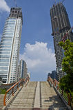 Лестницы водя к footbridge в городе Гуанчжоу Китая Стоковые Фотографии RF