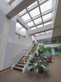 Лестницы в лобби офисного здания Стоковое фото RF