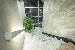 Лестницы в современном элегантном здании Стоковые Изображения