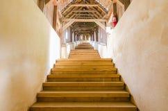 Лестницы в церковь-крепость Biertan, Румынию стоковое фото