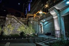 Лестницы города от riverwalk к мосту на ноче с луной Стоковое Изображение RF