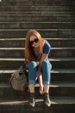 лестницы девушки мешка сидя стоковое изображение rf