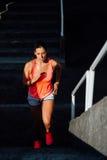 Лестницы женского бегуна взбираясь Стоковое фото RF