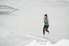 Лестницы женщины бежать и взбираясь Стоковое Фото