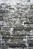 Лестницы зимы белые серые деревянные, шаг за шагом стоковая фотография