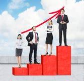 Лестницы как огромная красная диаграмма в виде вертикальных полос на крыше Бизнесмены стоят на каждом шаге как концепция корпорат Стоковое Фото