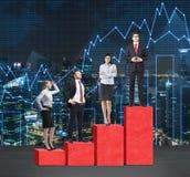 Лестницы как огромная красная диаграмма в виде вертикальных полос Бизнесмены стоят на каждом шаге как концепция ряда проблем или  Стоковая Фотография RF