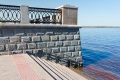 Лестницы к обваловке реки Волги Стоковое Фото