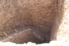 Лестницы к руинам фабрики воды, пиво Sheva телефона, Израиль стоковое изображение