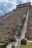 Лестницы майяской пирамиды Kukulcan El Castillo в Chichen Itza стоковая фотография rf