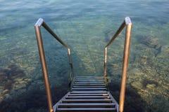 Лестницы металла к входу моря стоковое изображение