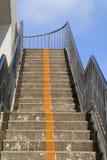 Лестницы моста в городе Дорожка моста с задней частью голубого неба Стоковое Фото
