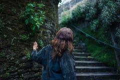 Лестницы молодой женщины исследуя снаружи Стоковые Фотографии RF