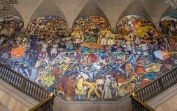 Лестницы национального дворца с известной настенной росписью история Мексики Diego Rivera - Мехико, Мексикой стоковые фото