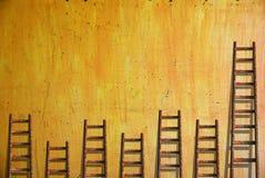 Лестницы на желтой стене стоковое изображение