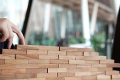 лестницы пальца взбираясь сделанные деревянным блоком рука идя вверх по шагу стоковые изображения rf