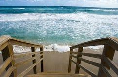 лестницы пляжа к тропическому Стоковое фото RF